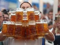 Choáng với chàng trai bê 31 ly bia cùng lúc