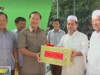 Ban chỉ đạo Tây Nam Bộ tặng quà cho đồng bào Chăm ở tỉnh Trà Vinh