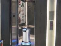 Thú vị 'nhân viên' robot giao đồ tại khách sạn