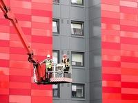 Sau vụ hỏa hoạn chung cư, nhiều tòa nhà ở Anh tháo dỡ các tấm ốp dễ cháy