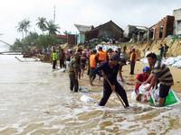 Phú Yên: Triều cường 'tấn công' sau bão, hàng chục hộ dân mất nhà