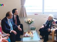 Thủ tướng thăm và chúc mừng các nhà giáo