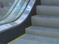 Bé trai ở TP HCM ngã xuống thang cuốn khiến cổ tay bị cứa dập nát