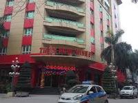 Người dân đội mưa đến Thiên Ngọc Minh Uy hủy hợp đồng
