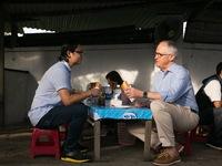 Thủ tướng Australia ngồi vỉa hè, thưởng thức bánh mỳ Đà Nẵng