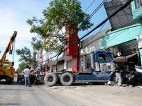 TP.HCM: Xe container mất lái lao vào nhà dân
