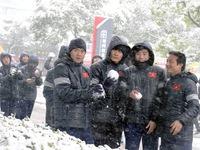 Cầu thủ U23 Việt Nam hào hứng với trời tuyết, HLV Park Hang Seo nhắc nhở