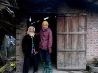 Hai mẹ con khuyết tật sống nhờ trợ cấp 600.000 đồng
