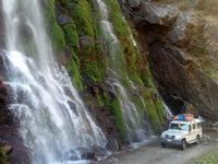 Con đường tử thần thách thức du khách: Một bên là vực thẳm, bên kia là thác nước