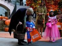 Vợ chồng Tổng thống Mỹ phát kẹo Halloween cho trẻ em