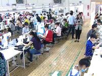 Một đôi giày 'Made in Vietnam' xuất khẩu được làm ra như thế nào?