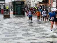 Giải marathon 'ngập nước' tại Venice, Italy