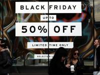 Nhiều cửa hàng bắt đầu giảm giá mạnh nhân ngày Black Friday