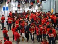 CĐV ùn ùn sang Malaysia cổ vũ ĐT Việt Nam trong thời tiết mưa rét