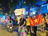 Không khí phấn khích sau chiến thắng trên sân khách của đội tuyển Việt Nam