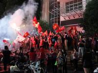 Người dân cả nước trào dâng cảm xúc ăn mừng ĐT Việt Nam giành quyền vào chung kết AFF Cup 2018