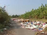 """Người dân """"kêu trời"""" vì bãi rác giữa khu dân cư"""