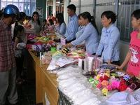 Niềm vui của công nhân nghèo từ phiên chợ Xuân 10.000 đồng