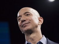 Số tiền ông chủ Amazon kiếm được trong 1 phút gấp 4 lần lương của công nhân Mỹ