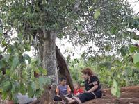 Việc tử tế: Cô gái Ba Na cưu mang hai em nhỏ