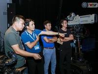 Nhà báo Phan Ngọc Tiến kiểm tra công tác chuẩn bị cho Lễ khai mạc và tường thuật World Cup 2018
