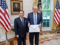 Bức thư 'khổng lồ' ông Kim Jong-un gửi ông Donald Trump