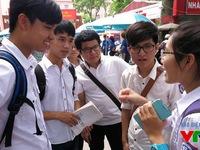 Phân tích phổ điểm các môn thi của thí sinh đăng kí xét tuyển đại học, cao đẳng và phổ điểm theo các khối