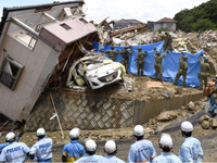 Thủ tướng Nhật Bản khảo sát khu vực bị ảnh hưởng bởi mưa lũ