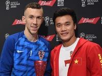 Bùi Tiến Dũng trao giải Cầu thủ xuất sắc nhất trận Anh - Croatia cho Perisic