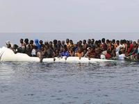 Italy kiên quyết không cho người di cư lên bờ