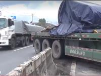 Xe đầu kéo tông dải phân cách tại Đồng Nai