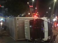 Lật xe tải, tài xế chui ra ngoài nồng nặc mùi rượu