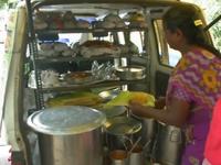 Ấn Độ: Người bán hàng rong dùng lá chuối khi lệnh cấm túi nilon có hiệu lực