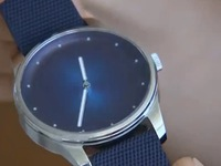 Thiết kế đồng hồ từ… rác thải nhựa