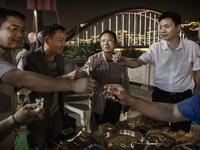 Phát sốt vì ứng dụng 'nhờ người uống rượu' tại Trung Quốc