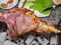 Thưởng thức món đùi dê nướng trên bếp than hồng