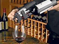 Độc đáo thiết bị giúp rót rượu không cần mở nắp chai