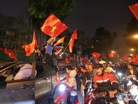 CẬP NHẬT Không khí ăn mừng ĐT Việt Nam giành quyền vào chung kết AFF Cup 2018