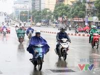 """Người dân Hà Nội tiếp tục """"dầm mưa"""" trong giá rét"""