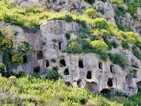 Nghĩa trang cổ đại với hàng nghìn ngôi mộ trên vách đá dựng đứng như tổ ong