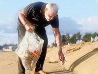 Thủ tướng Ấn Độ Narendra Modi đi chân trần nhặt rác trên bãi biển