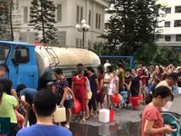 Nước có mùi lạ, người dân Hà Nội 'rồng rắn' đi xin nước sinh hoạt