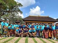 ĐT Việt Nam thích thú mặc váy đi thăm đền tại Bali