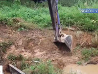 Huy động máy xúc dọn dầu thải đầu nguồn nhà máy nước sông Đà