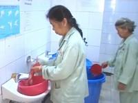Sau sự cố nước nhiễm dầu thải, một số bệnh viện vẫn thiếu nước sạch
