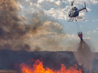 Máy bay trực thăng bị rơi khi đang chữa cháy rừng ở Australia