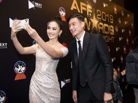 AFF Awards 2019: Tiểu Vy selfie cùng Đặng Văn Lâm, Đỗ Mỹ Linh khoe sắc bên dàn cầu thủ