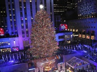 New York, Mỹ thắp sáng cây thông khổng lồ đón Giáng sinh