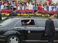 Chủ tịch Triều Tiên Kim Jong-un hạ cửa kính ô tô, tươi cười vẫy tay chào người dân Việt Nam
