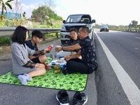 Xử phạt tài xế dừng xe ăn uống bên đường cao tốc Nội Bài - Lào Cai